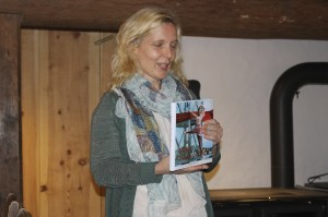 Jane Jünger presenterer det nye årsskriftet til Sunnhordland museum og sogelag