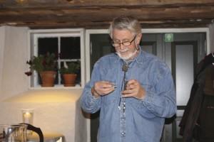 Smeden Hans Anderssen syner og greier ut om  korleis ein kan tenna eld  med flint, tennstål og knusk