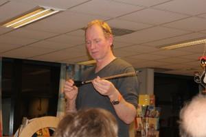 Brynjar Stautland fortel om Steinriket Bømlo. Her syner han ei pil med ryolitt-brodd.