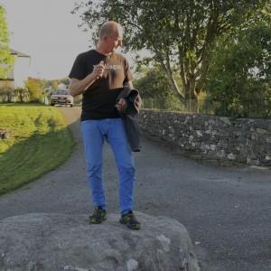 Brynjar Stautland på Kongesteinen ved Gamlekyrkja på Moster