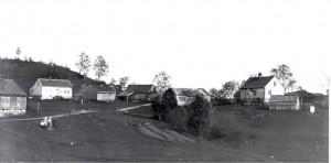 Huset til Herman Ådland til venstre
