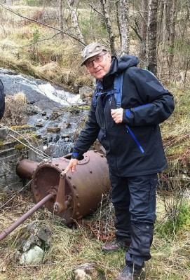 Artikkelforfattaren i lag med turbinen som Hogstegardane nytta.