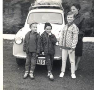 Nabojenta Marit i lag med mora Alvhild Landa, og brørne Nils og Gunnar i 1967. Foto: privat