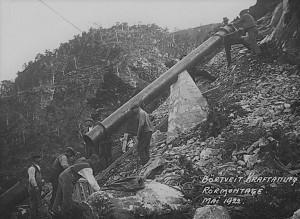Bilete synleggjer i alle fall kor vanskeleg og krevjande det var å byggja ut Børtveit kraftstasjon med samtidas tekniske utstyr.