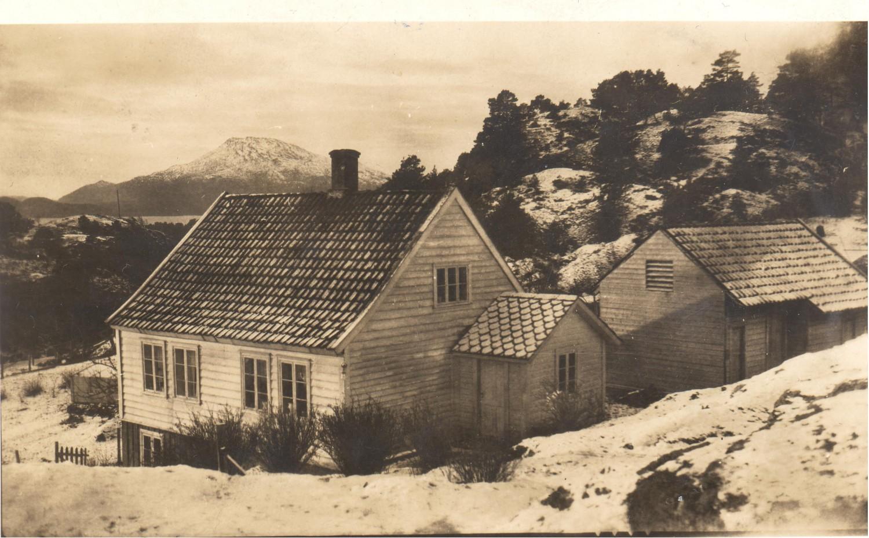 Dette er bustaden Olav Normann Nysæter flytta inn i Snikkarsvingen og som gav namnet til staden. Snikkaren, NILS N. Nysæter (bestefaren) hadde verkstad i kjellaren til venstre på bilete. Me ser «Siggjo» i bakgrunnen. Foto: privat